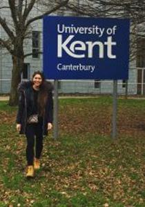 Lucie stojí u banneru Univerzity v Kentu